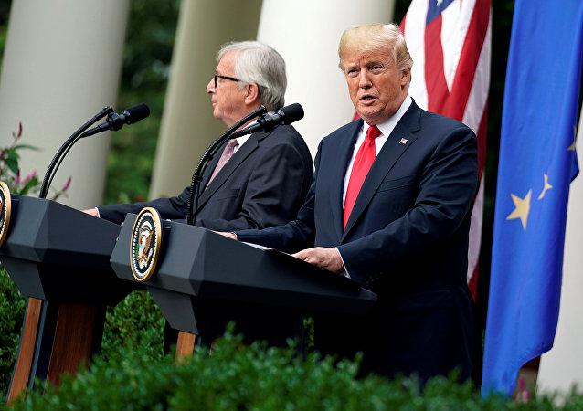 الرئيس الأمريكي دونالد ترامب ورئيس المفوضية الأوروبية جان كلود يونكر