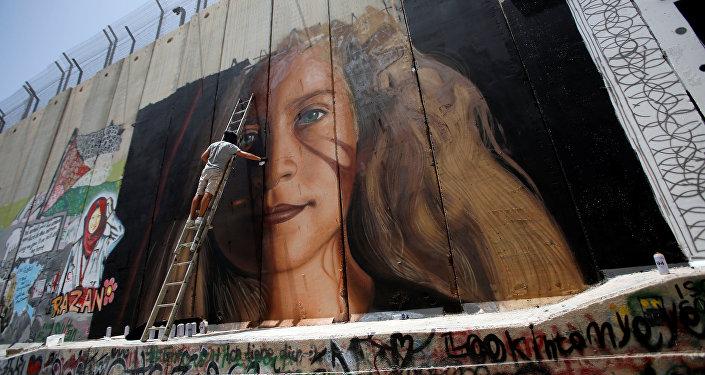 الأيقونة الفلسطينية عهد التميمي تظهر على الجدار الفاصل في بيت لحم