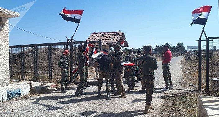 سبوتنيك ترصد رفع العلم السوري فوق معبر القنيطرة من جانبيه