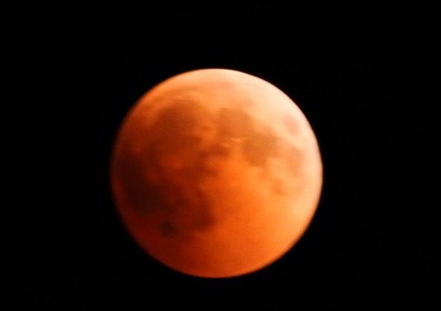 القمر الدامي الظاهرة الفلكية النادرة كما بدت في سماء سوريا