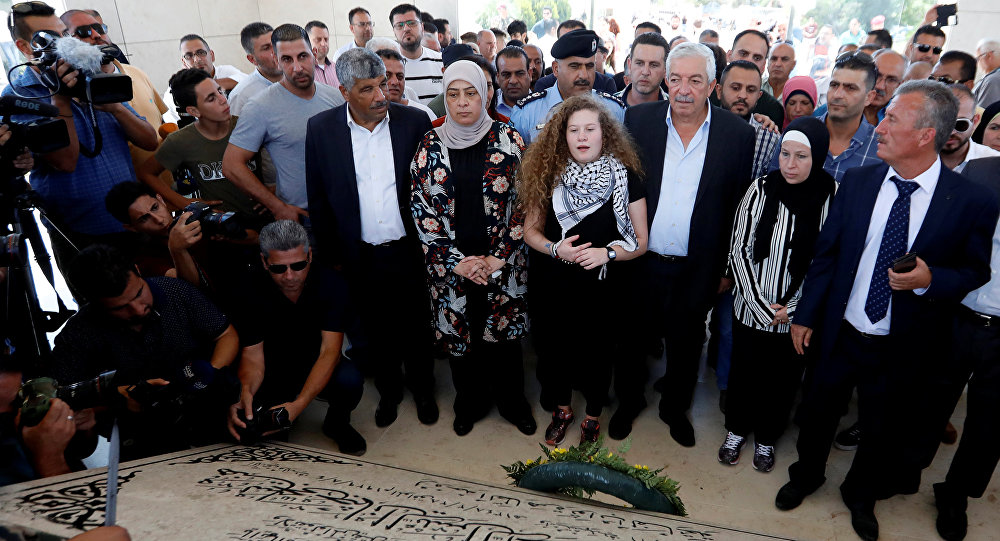 عهد التميمي في زيارة لقبر عرفات
