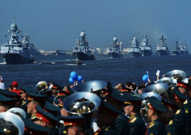 سفن الأسطول البحري الروسي تشارك في العرض العسكري البحري في كرونشتادت في سان بطرسبورغ