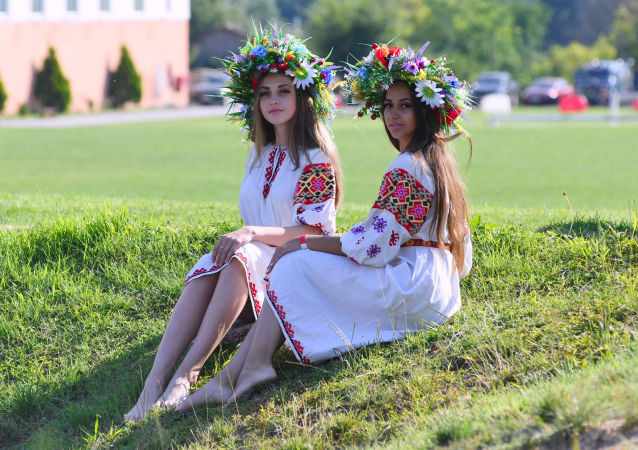فتيات خلال مراسم الحاتفال بيوم إيفان كوبالا في بلدة كويبيشيفو في حي باختشيسرايسك