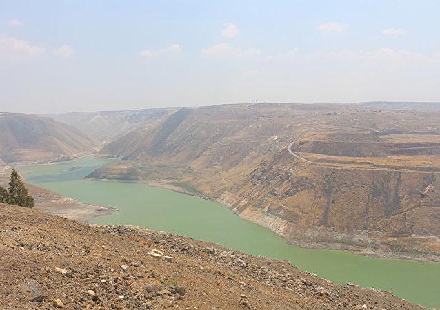 سد الوحدة الفاصل بين الأراضي السورية والأردنية أقصى جنوب غرب سورية وشمال غرب الأردن