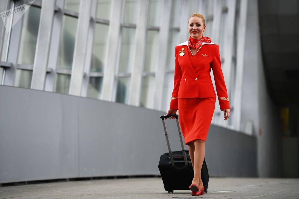كبيرة المضيفين في شركة طيران آيروفلوت ماريا تروفيموفا في مبنى مطار شيريميتيفو بموسكو