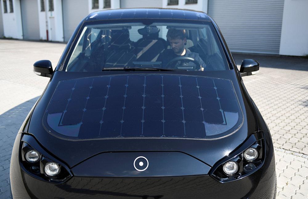 السيارة الكهربائية سيون التي يجري اختبارها في ألمانيا للسير من خلال الطاقة الشمسية، 7 أغسطس/آب 2018