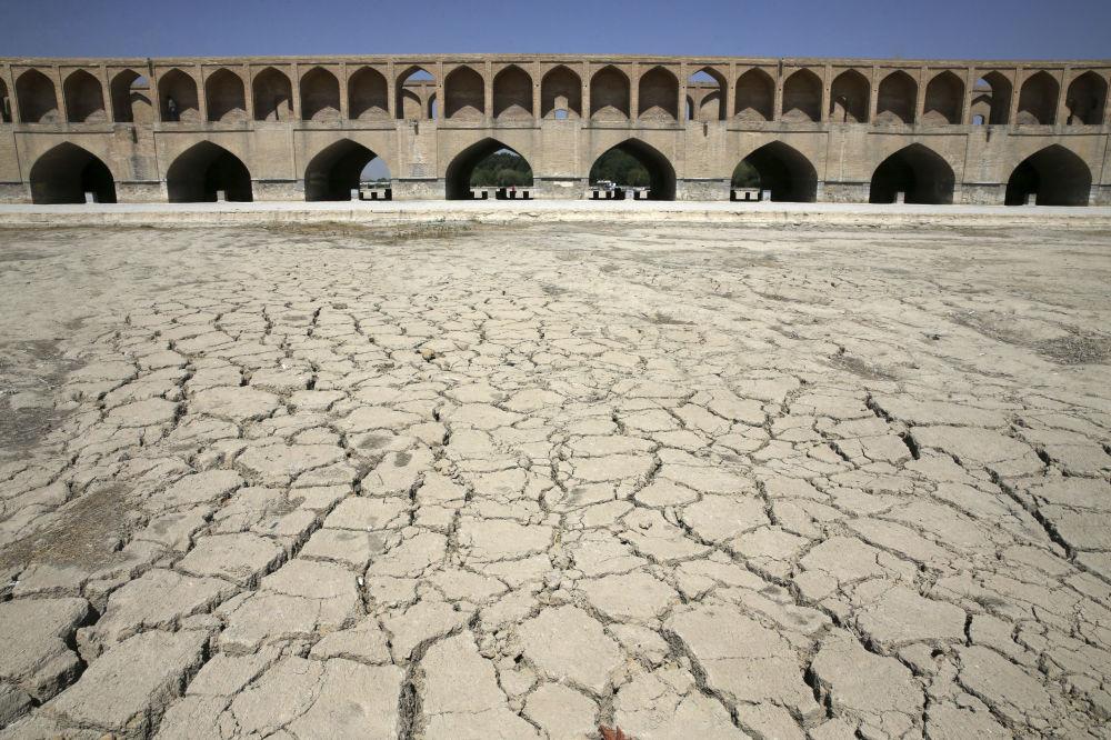 نهر زاینده رود جف إثر درجات الحرارة المرتفعة في أصفهان، إيران 10 يوليو/ تموز 2018