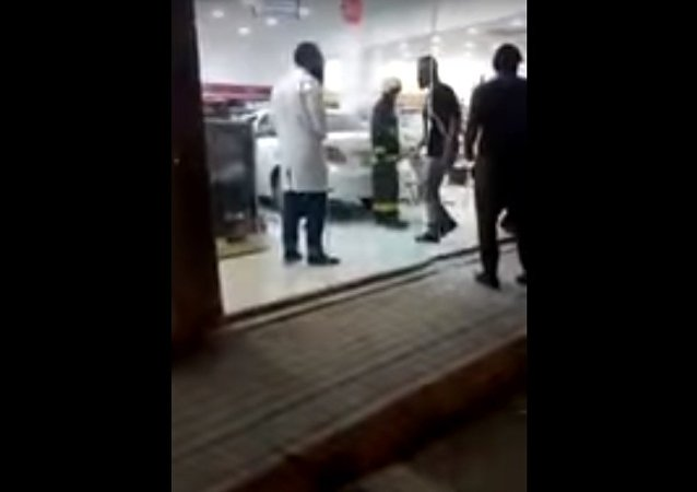 إمرأة سعودية تقتحم صيدلية بسيارتها