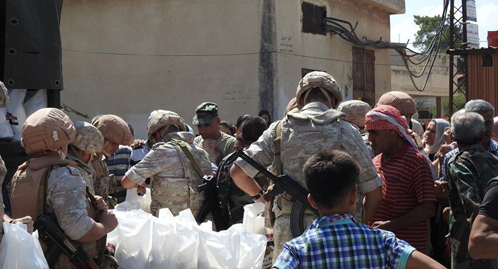 جنود روس يوزعون مساعدات إنسانية بريف حماة للمرة الخامسة منذ تحريره