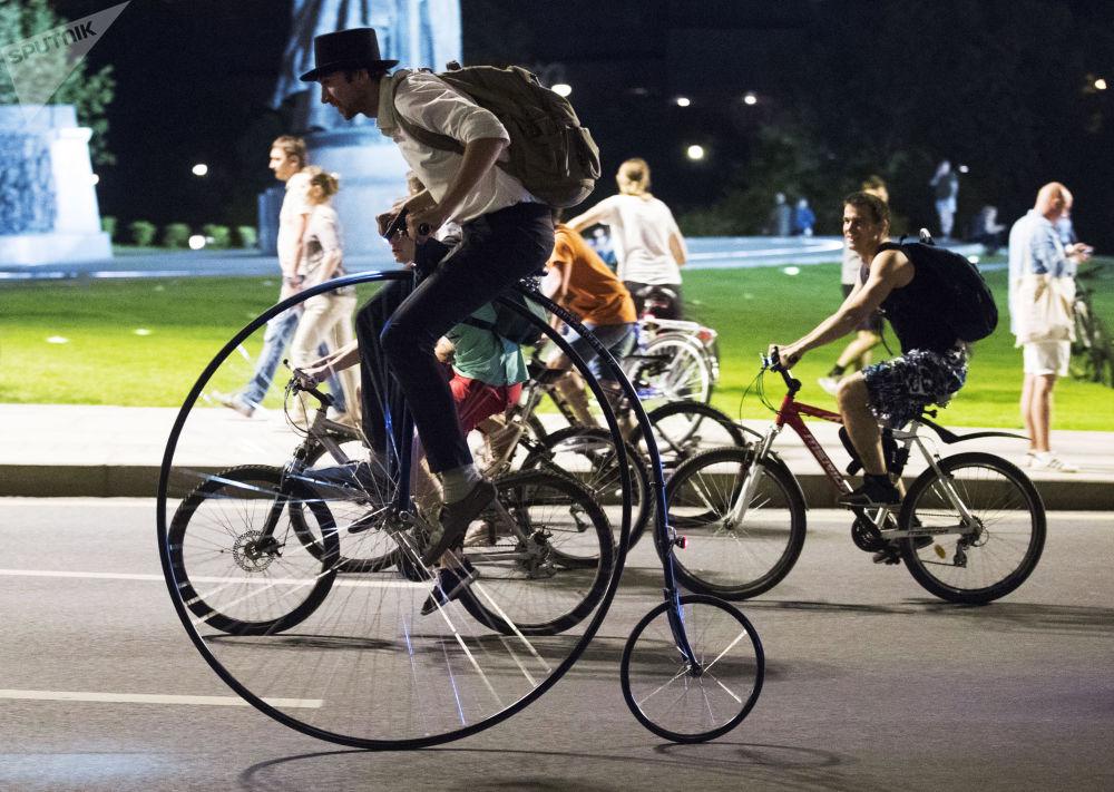 المشاركون في عرض الدراجات الهوائية في موسكو