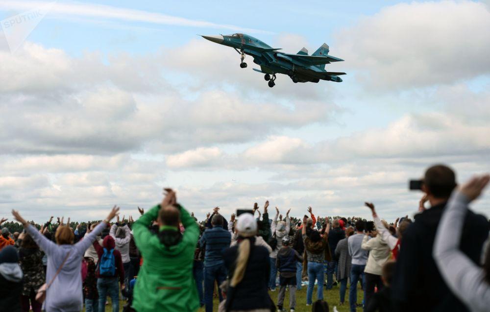 طائرة سو - 34 في عرض جوي أينما وجدنا - كان النصر! في القاعدة الجوية موتشيشي في منطقة نوفوسيبيرسك، روسيا