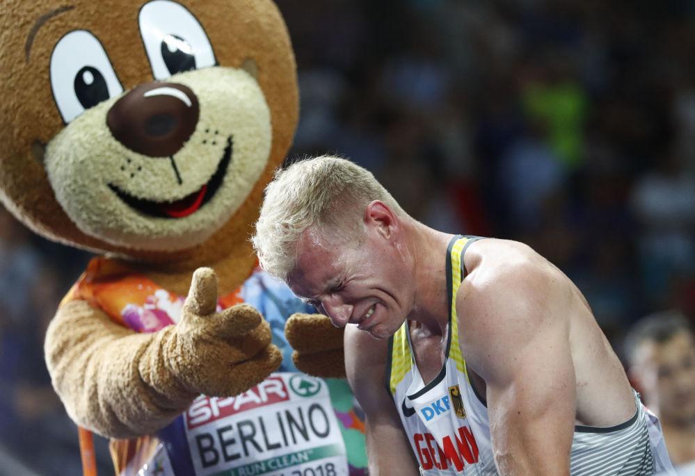 الرياضي الألماني أرتور أبيلي يبكي احتفالا بفوزه بالميدالية الذهبية في بطولة أوروبا لألعاب القوى في برلين، ألمانيا 8 أغسطس/ آب 2018