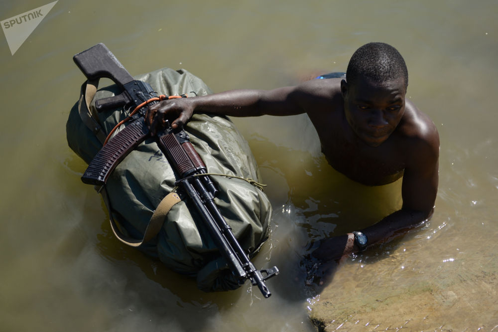 جندي من قوات الجيش الزيمبابوية أثناء مسابقة الألعاب العسكرية الدولية Excellent Army Intelligence 2018