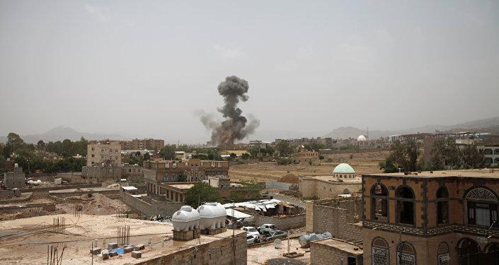 أدخنة تتصاعد في موقع القصف في صنعاء، اليمن 8 أغسطس/ آب 2018