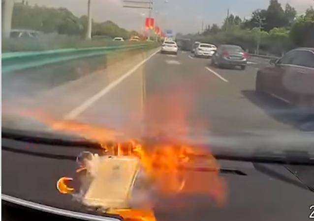 انفجار مروع لهاتف آيفون داخل سيارة سيدة