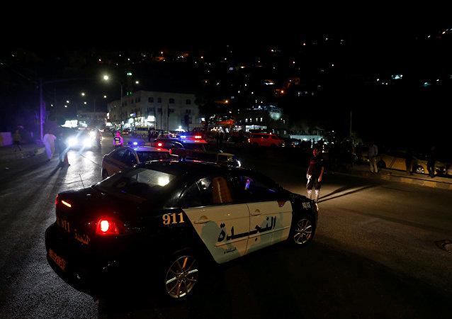 الأمن الأردني في مدينة السلط بعد عملية مداهمة لوكر إرهابيين مشتبهين في تنفيذ تفجير في الفحيص
