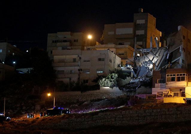 انهيار مبنى في السلط الأردنية خلال مداهمة قوات الأمن لمكان يتحصن فيه إرهابيون