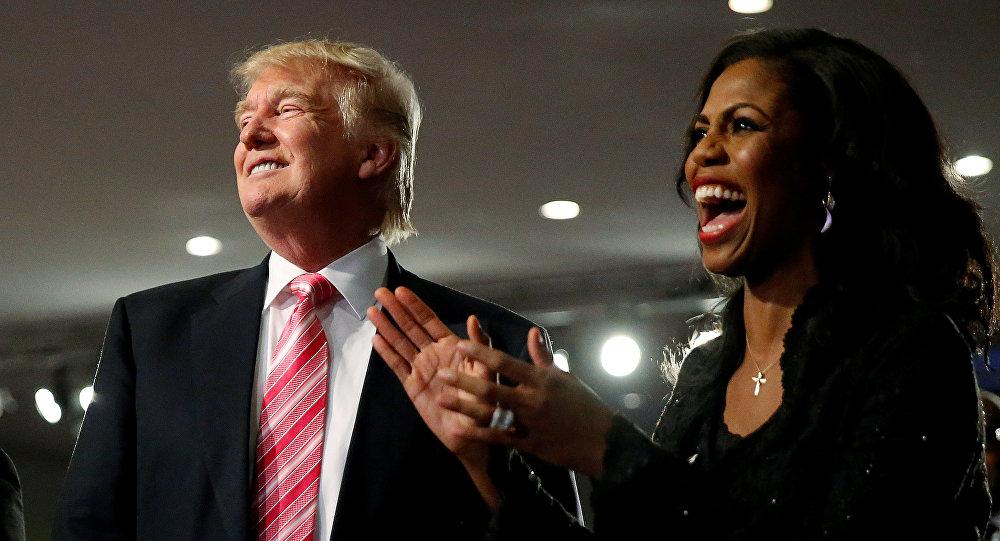 المساعدة السابقة في البيت الأبيض أوماروسا مانيغولت مع الرئيس الأمريكي دونالد ترامب