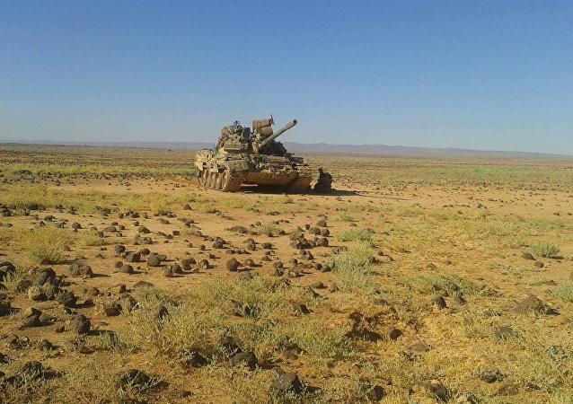 دبابات الجيش السوري تحشر داعش الإرهابي في بادية السويداء