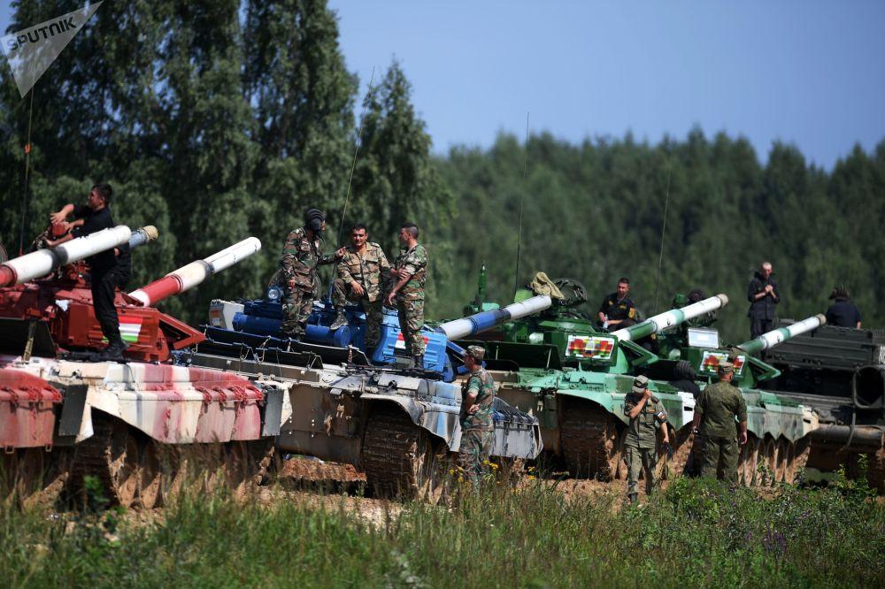 فريق سوريا (الثاني من اليسار) خلال بياتلون الدبابات - 2018 في إطار الألعاب العسكرية الدولية أرمي -2018  (الجيش - 2018) في حقل ألابينو بضواحي موسكو
