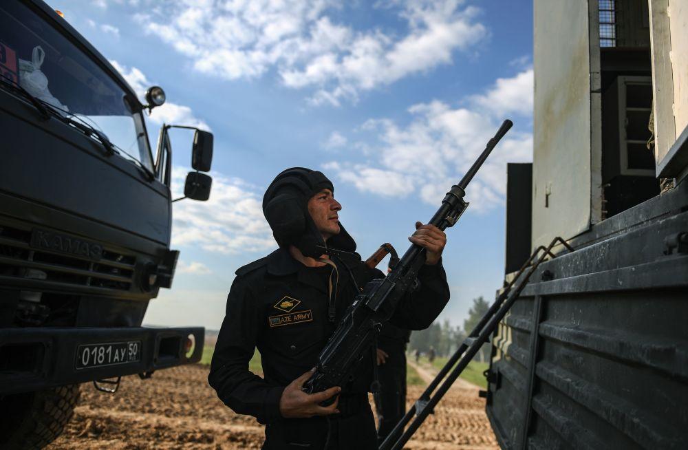 جندي من فريق أذربيجان خلال مسابقة بياتلون الدبابات - 2018 في إطار الألعاب العسكرية الدولية أرمي -2018  (الجيش - 2018) في حقل ألابينو بضواحي موسكو