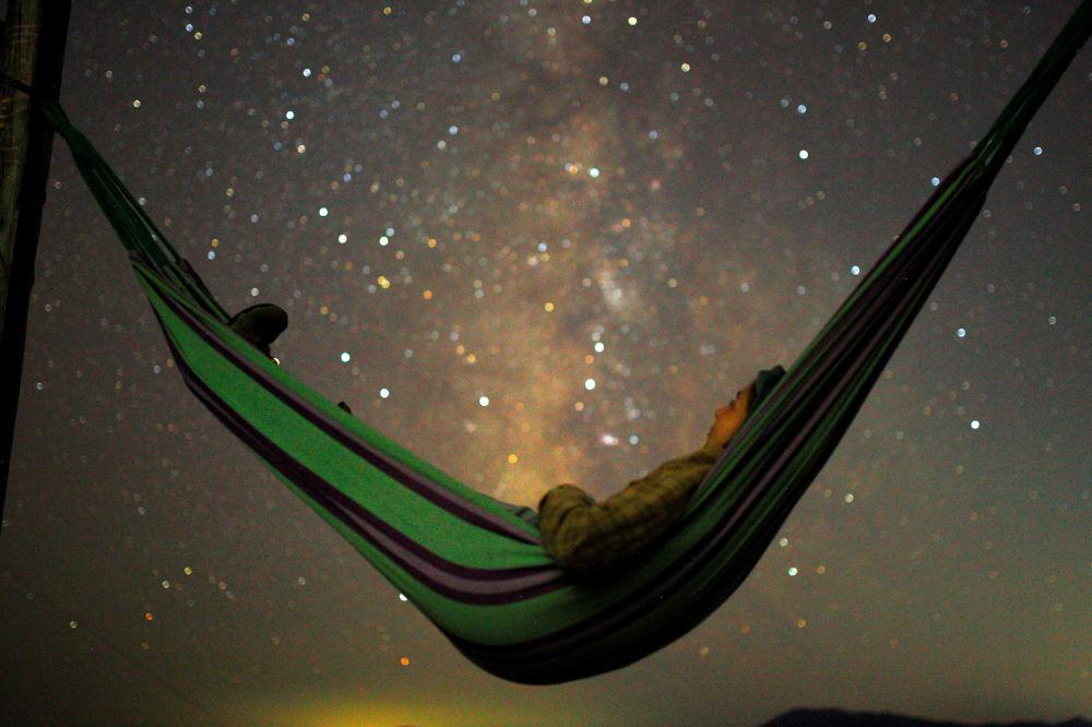 سماء مليئة بالنجوم في مقدونيا أثناء مطر النيازك شهب البرشاويات