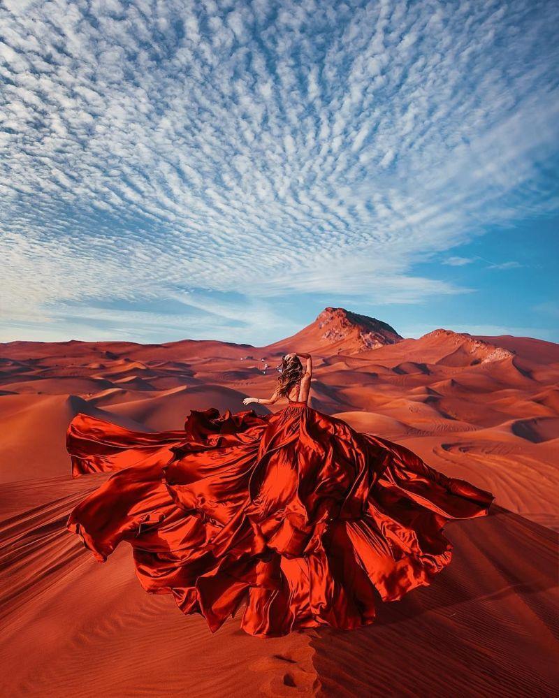 صورة فوتوغرافية للمصورة كريستينا ماكييفا من سلسلة صور فتاة في ثوب في الربع الخالي، الإمارات العربية المتحدة