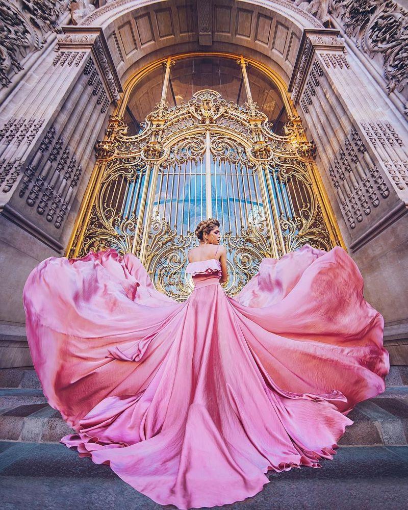 صورة فوتوغرافية للمصورة كريستينا ماكييفا من سلسلة صور فتاة في ثوب في باريس، فرنسا