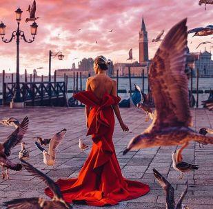 صورة فوتوغرافية للمصورة كريستينا ماكييفا من سلسلة صور فتاة في ثوب في فينيسيا في إيطاليا