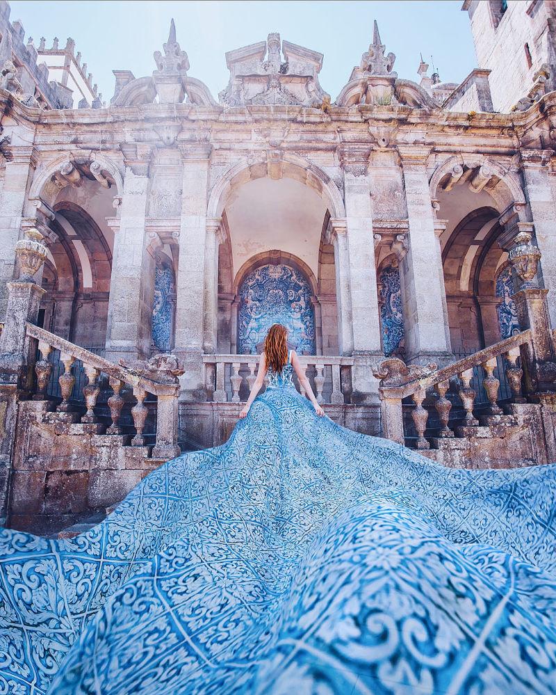 صورة فوتوغرافية للمصورة كريستينا ماكييفا من سلسلة صور فتاة في ثوب في بورتو في البرتغال