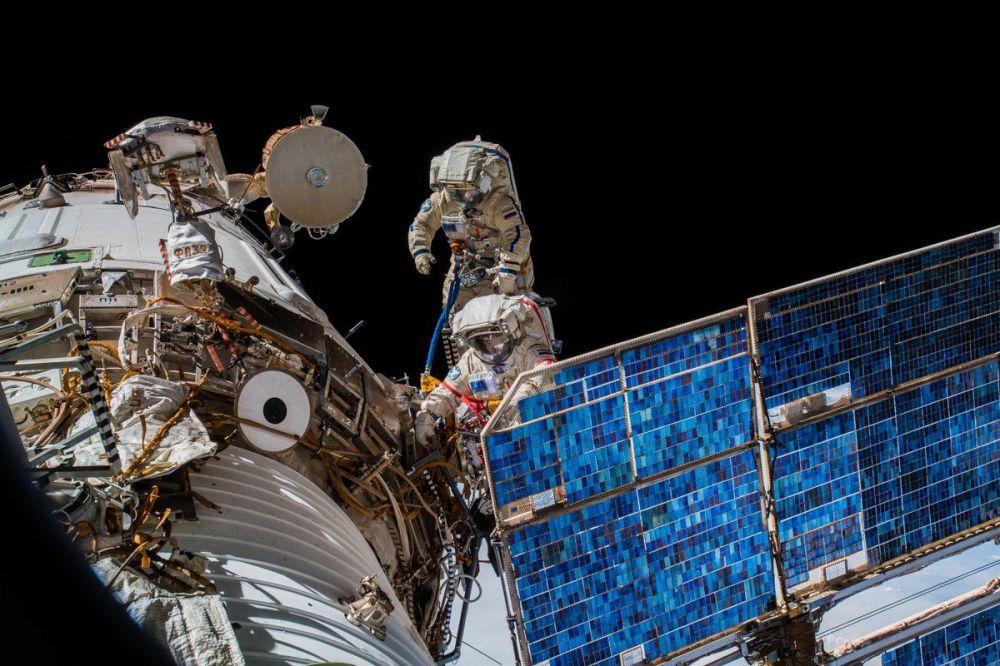 رائدا الفضاء الروسيان أوليغ أرتيوموف وسيرغي بروكوبيوف خلال خروجهما إلى الفضاء الخارجي