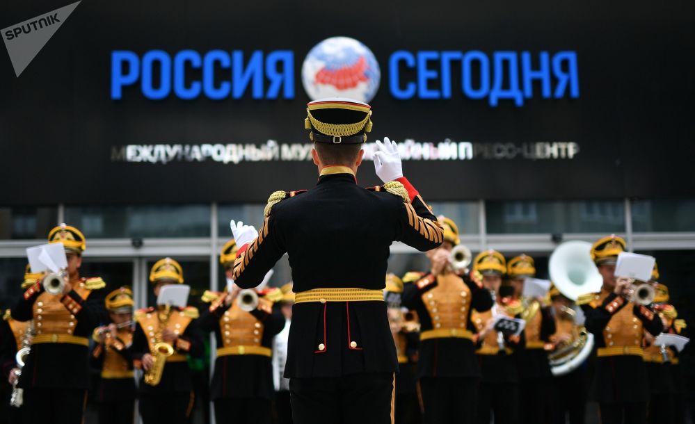 عرض موسيقي لفرقة الأوركسترا العسكرية المركزية التابعة لوزارة الدفاع الورسية في وكالة الإعلام الدولية روسيا سيغودنيا
