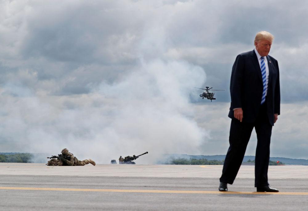 الرئيس دونالد ترامب يشاهد عرض للقوات العسكرية الأمريكية في فورت درام، نيويورك، الولايات المتحدة 13 أغسطس/ آب 2018