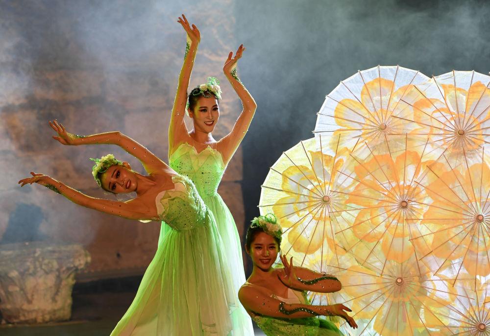 عرض لفرقة رقص صينية في مهرجان قرطاج الدولي في المسرح الروماني في تونس، 11 أغسطس/ آب 2018