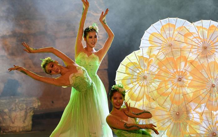 عرض لفرقة رقص صينية في مهرجان قرطاج الدولي على المسرح الروماني في تونس، 11 أغسطس/ آب 2018