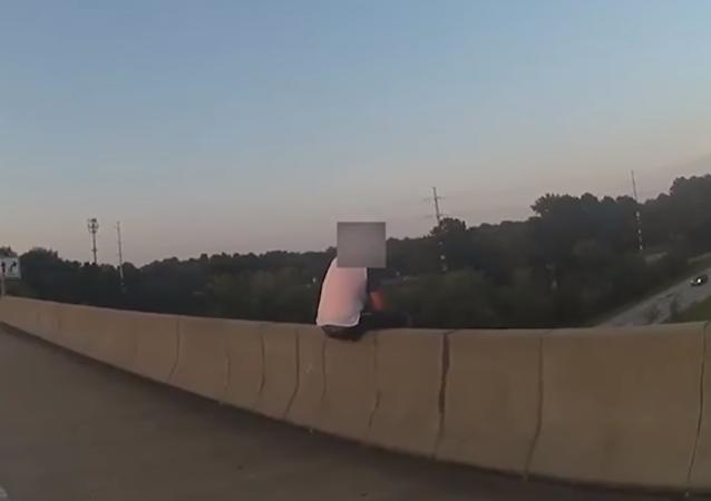 رجل شرطة يحتال على شاب يحاول الانتحار لانقاذ حياته