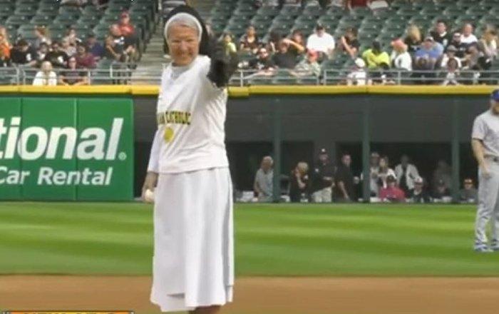 راهبة في ملعب بيسبول