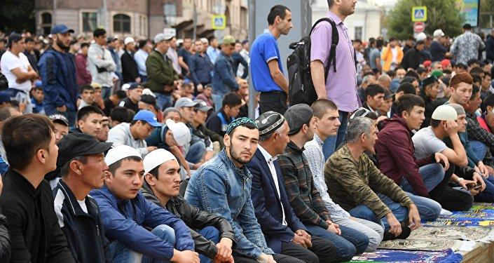 الآلاف من المسلمين يقيمون صلاة العيد في موسكو