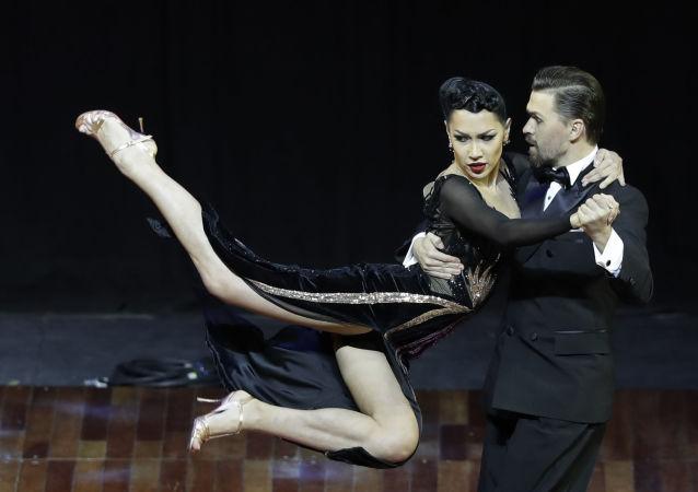 الثنائي الروسي: دميتري فاسين وساغديانا خامزينا أثناء أداء رقصتهما خلال المنافسة على لقب البطولة الدولية لرقص التانغو في بوينس آيرس، الأرجنتين 22 أغسطس/ آب 2018