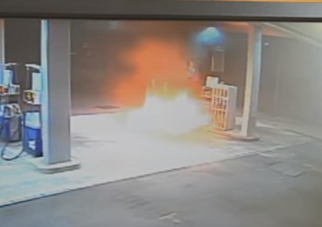 إيطالي يحرق محطة وقود بسبب ابتلاع الآلة 20 يورو