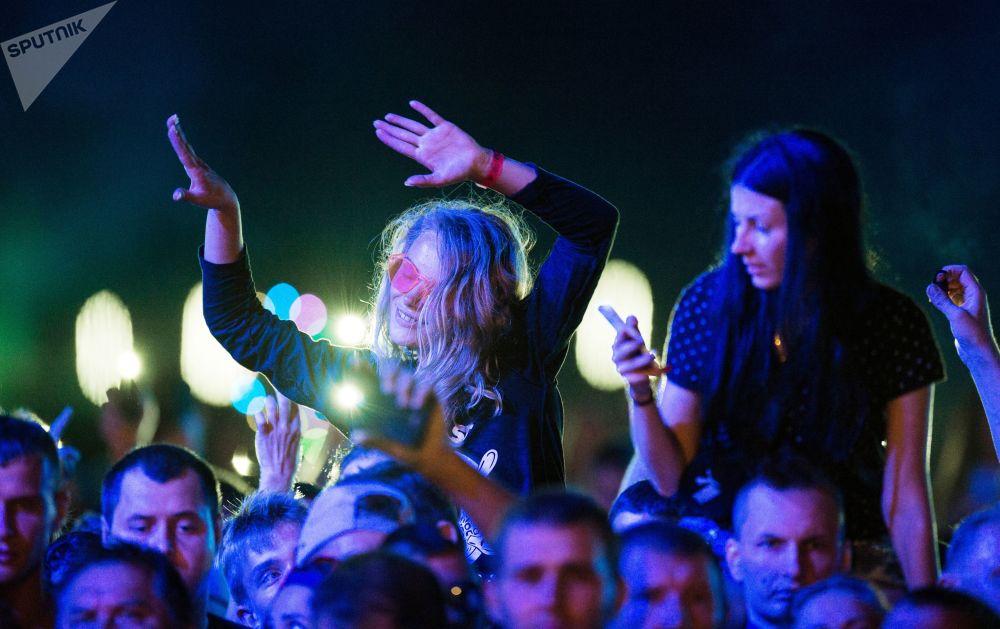 مشاهدون في حفل روسكايا ميشتا (الحلم الروسي) في سيفاستوبل، القرم، روسيا