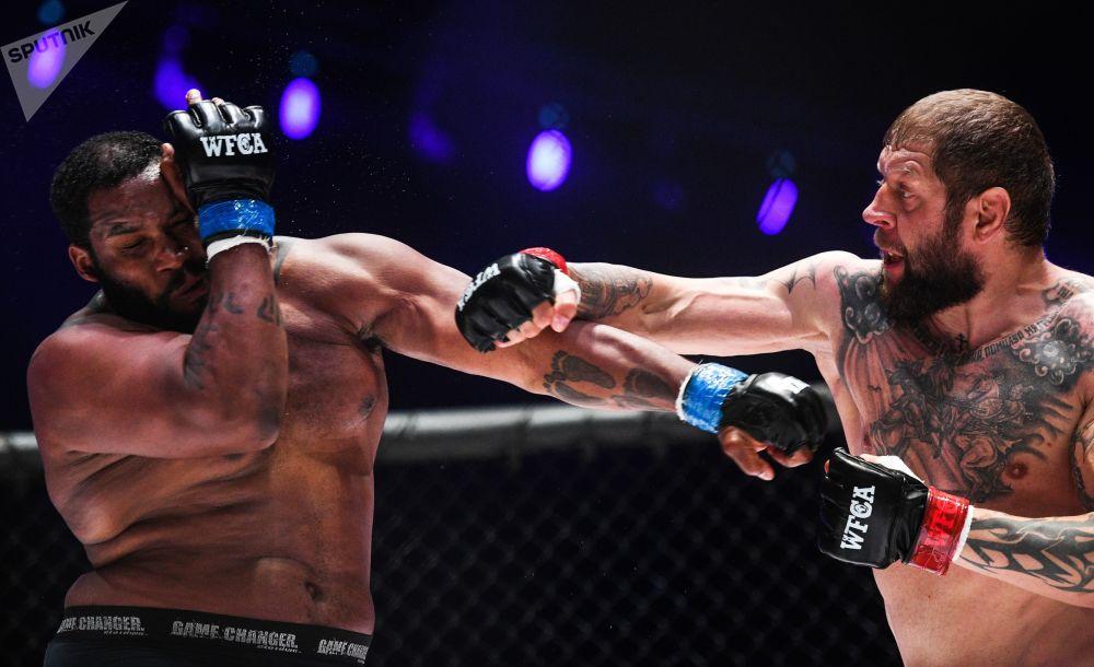 ألكسندر يميليانينكو (روسيا) وتوني جونسون (الولايات المتحدة) خلال مباراة الملاكمة في إطار بطولة العالم للفنون القتالية المختلطة في  في ملعب لوجنيكي، موسكو، روسيا 23 أغسطس/ آب 2018
