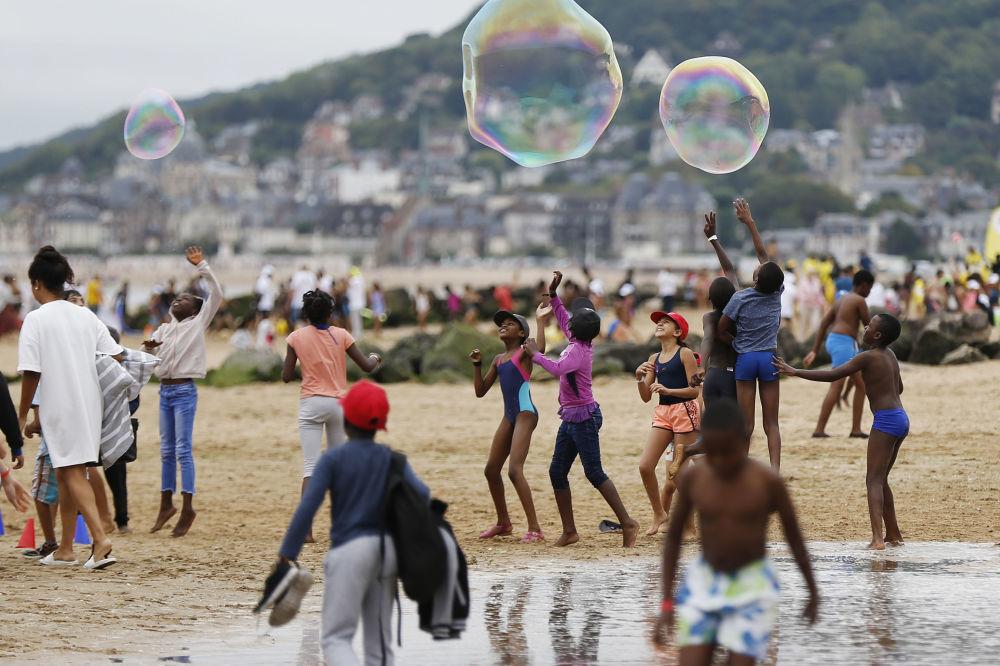 أطفال يلعبون على شاطئ في كابورغ، وذلك في إطار حملة منسي في الإجازة (Forgotten by the Holidays)، شمال غرب فرنسا 22 أغسطس/ آب 2018