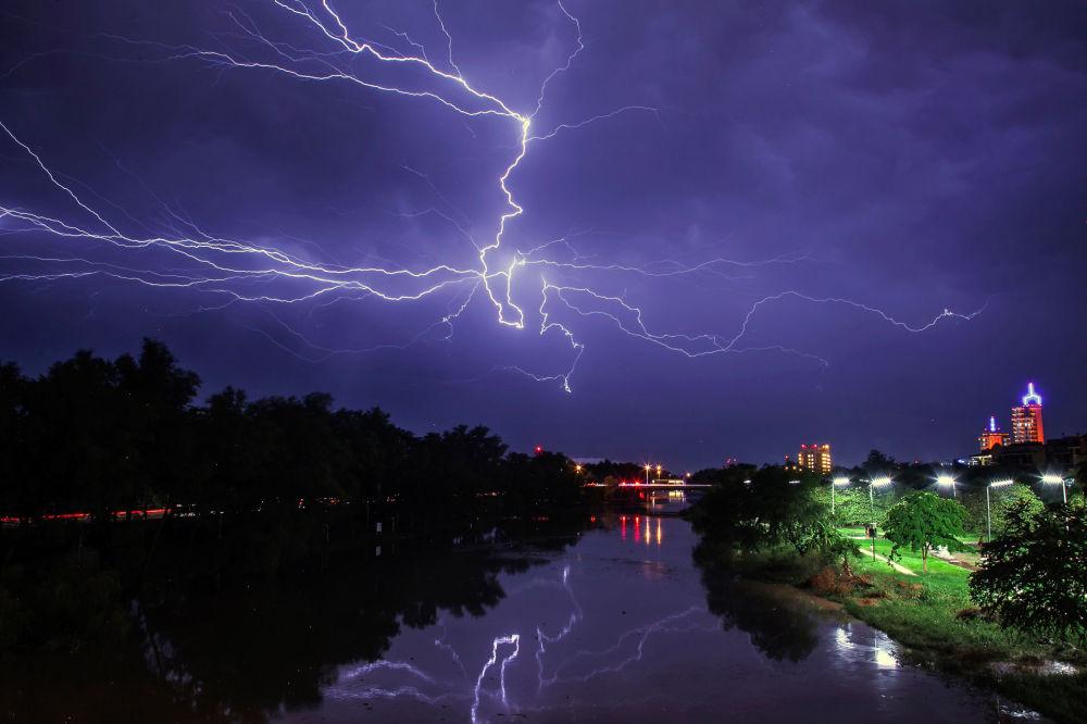 برق في مدينة كولياكان، المكسيك 18 أغسطس/ آب 2018
