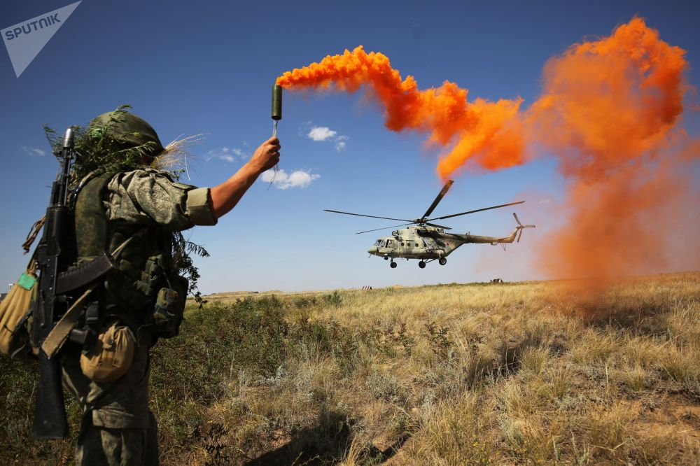 جندي خلال التدريبات التكتيكية في المنطقة العسكرية في جنوب روسيا في منطقة التدريب برودبوي في منطقة فولغوغراد