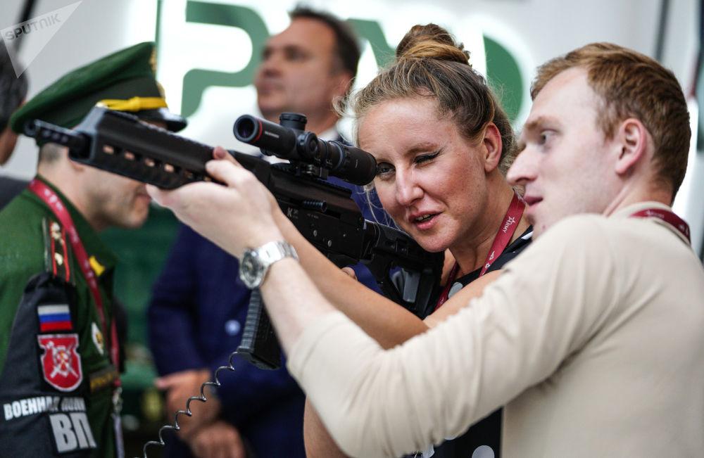 زوار يتفقدون بندقية ذاتية الشحن كارابين SR1 بمعرض كلاشنيكوف في المنتدى التقني العسكري الدولي أرميا - 2018 (الجيش - 2018 في كوبينكا