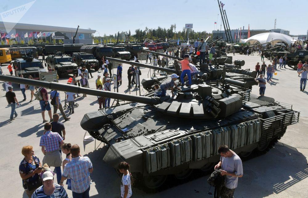 الزوار في معرض المنتدى التقني العسكري الدولي أرميا - 2018 (الجيش - 2018 في كوبينكا