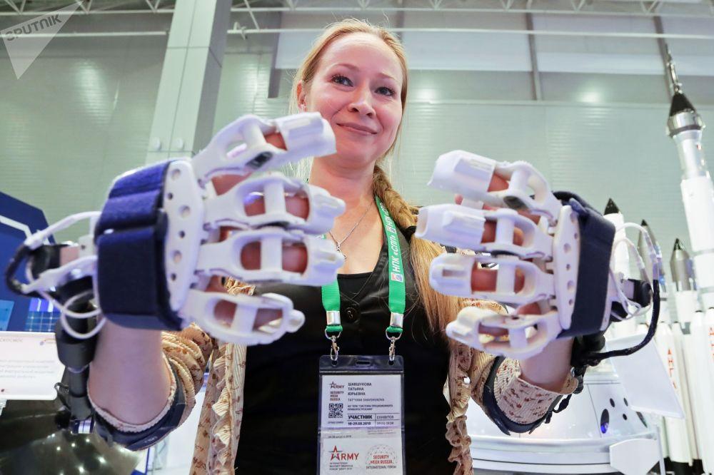زائرة تتفقد جهاز برمجة لإدارة نموذج افتراضي تفاعلي للروبوت الفضائي في معرض المنتدى التقني العسكري الدولي أرميا - 2018 (الجيش - 2018 في كوبينكا