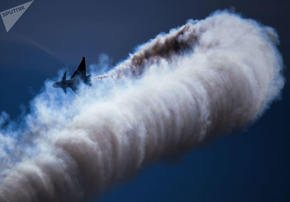 مقاتلة 6xJ-10 متعدد الأغراض من الجيل الرابع لفرقة الاستعراض الجوي الصيني الأول من أغسطس  في حفل ختام المنتدى التقني العسكري الدولي أرميا - 2018 (الجيش - 2018 في كوبينكا