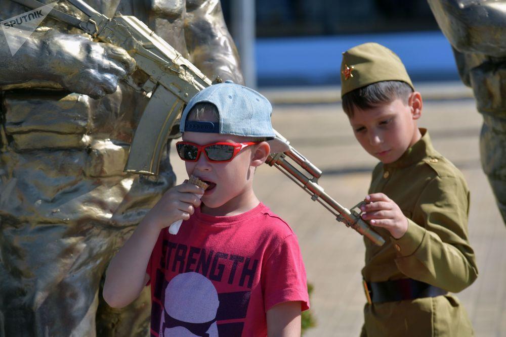 الأطفال الزوار في معرض المنتدى التقني العسكري الدولي أرميا - 2018 (الجيش - 2018 في كوبينكا